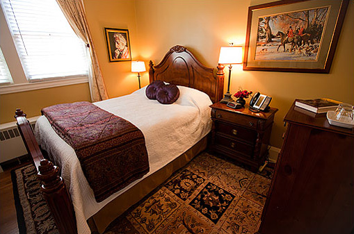 The Einstein Guest Room at the Historic Rosemont Manor of Northern Virginia