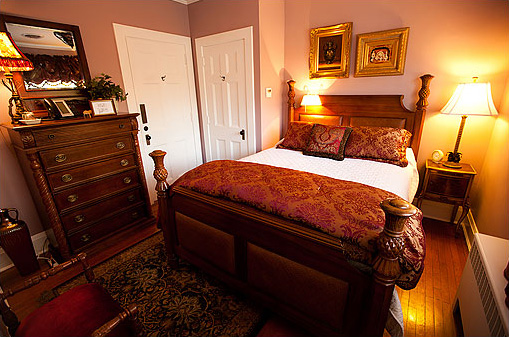 The Norris Guest Room at the Historic Rosemont Manor of Northern Virginia
